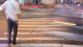 Suddig rörelse av bilar och folk på den fot- fot- passagen vietnam lager videofilmer