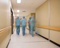 Suddig rörelse av det medicinska laget Royaltyfri Foto