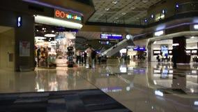 Suddig rörelse av folk som går i terminal 2 av Hong Kong International Airport stock video