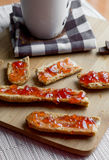 Suddig sikt av frukostrostade bröd med jordgubbedriftstopp Arkivbilder