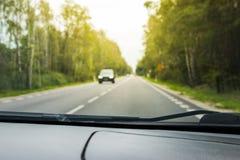 Suddig sikt från en rörande bil Arkivfoto