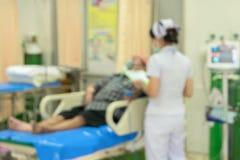 Suddig sjuksköterska i akutmottagning för medicinbakgrund Arkivbild