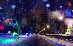 Suddig snö för vinter för natt för ‹för †för stads Arkivbild