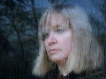 Suddig stående av den medelåldersa kvinnan royaltyfri foto