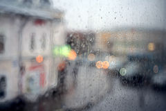 Suddig stad för fönsterregn Fotografering för Bildbyråer