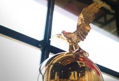 Suddig staty av en guld- örn Fotografering för Bildbyråer