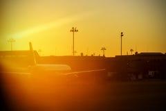 Suddig tappningbild av en flygplats mot solen Arkivfoton