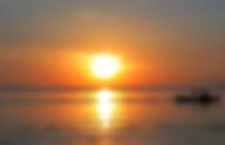 Suddig tropisk havssikt Härlig orange solnedgång vid det suddiga fotoet för sjösida Arkivbild