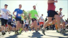 Suddig video Lopp av mycket folk Ben av löpare i maraton Sund livsstil Härdad idrottsman nenkonkurrens lager videofilmer