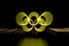 Suddig zoom för gula olympic cirklar med reflexion Royaltyfri Foto