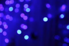 Suddiga bakgrundsljus blinkar bokeh på blå bakgrund Royaltyfri Fotografi