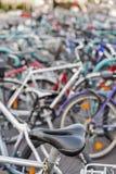 Suddiga cyklar som parkerar utomhus- bakgrund Royaltyfria Bilder