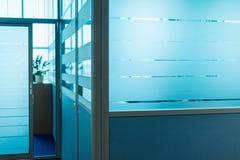 Suddiga delningar för kontorskorridordörrar utan fokus royaltyfri foto