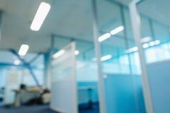 Suddiga delningar för kontorskorridordörrar utan fokus arkivfoto