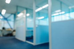Suddiga delningar för kontorskorridordörrar utan fokus royaltyfri bild