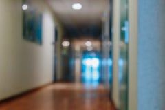 Suddiga delningar för kontorskorridordörrar utan fokus royaltyfria foton