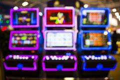 Suddiga enarmade banditer i en kasino arkivbilder