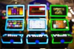 Suddiga enarmade banditer i en kasino royaltyfri foto