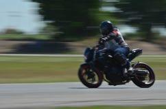 Suddiga idrottsman nen som öva tävlings- motorcyklar på loppspåret Royaltyfria Foton