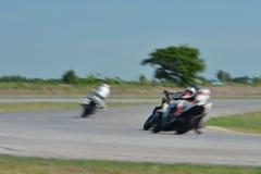 Suddiga idrottsman nen som öva tävlings- motorcyklar på loppspåret Arkivbild