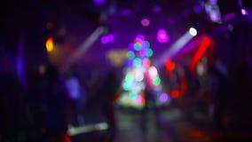 Suddiga konturer av att dansa folk i en nattklubb på ett parti arkivfilmer