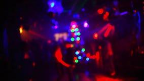 Suddiga konturer av att dansa folk i en nattklubb p? ett parti arkivfilmer