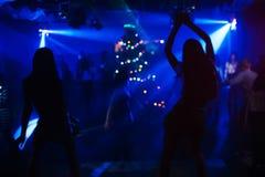 Suddiga konturer av två dansare på etapp på klubban på partiet royaltyfri bild
