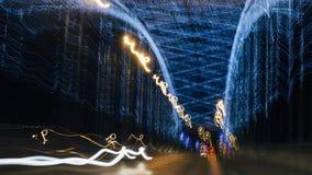Suddiga ljus av dekorativ belysning för natt på bron Arkivbild