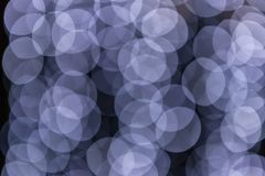Suddiga ljus på en mörk bokehbakgrund fotografering för bildbyråer