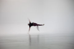 Suddiga Person Dancing i den vita studion Royaltyfri Foto