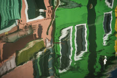 Suddiga reflexioner av hus, Burano, Italien royaltyfri fotografi