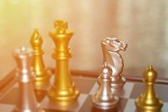 Suddiga spelare ut ur fokus i schack slåss för affärscompet royaltyfri foto