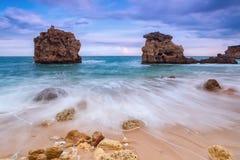 Suddiga vågor flödar ner längs den steniga kusten Härligt landskap Arkivfoton