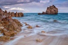 Suddiga vågor som kör ner stranden Arkivbilder