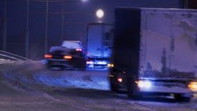 Suddighet av biltrafik på natten i snön Royaltyfri Foto