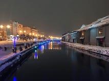 suddighet av nattsikten och ljus på den Otaru kanalen, snö stoppar in Arkivfoton