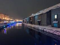 suddighet av nattsikten och ljus på den Otaru kanalen, snö stoppar in Fotografering för Bildbyråer