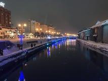 suddighet av nattsikten och ljus på den Otaru kanalen, snö stoppar in Royaltyfria Bilder