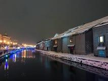 suddighet av nattsikten och ljus på den Otaru kanalen, snö stoppar in Arkivbilder