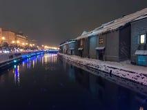 suddighet av nattsikten och ljus på den Otaru kanalen, snö stoppar in Royaltyfri Bild