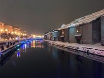 suddighet av nattsikten och ljus på den Otaru kanalen, snö stoppar in Royaltyfri Foto