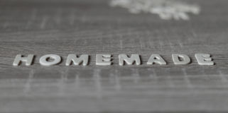 suddighet bakgrund Bokstäver på trätabellen & x22; Homemade& x22; Arkivbild