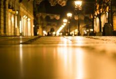 suddighet bakgrund Suddig natt en stadsgata Royaltyfri Fotografi