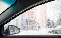 suddighet bild Sikt från bilen på gatan till och med windoen royaltyfria foton