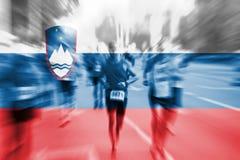 Suddighet för rörelse för maratonlöpare med att blanda den Slovenien flaggan Fotografering för Bildbyråer
