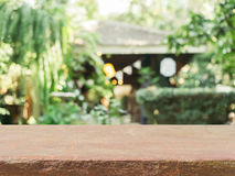 Suddighet för tabellen för stenbrädet tom i coffee shopbakgrund - kan användas för skärm- eller montageåtlöje upp dina produkter royaltyfria foton