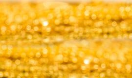 Suddighet som skjutas av guld Fotografering för Bildbyråer