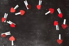 suddigheta hjärtor Hjärta för två rosa färg Älska begreppet för dag för moder` s och dag för valentin` s Vykort för dag för valen Arkivfoton
