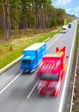 suddigheta huvudvägrörelselastbilar Arkivfoto