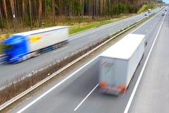 suddigheta huvudvägrörelselastbilar Arkivbild
